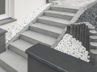 Moderne Außentreppe aus Granit mit Drainage aus großen Kieseln und Stelen - Modern outside staircase made of granite with large pebble drainage and stelae