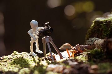 Playmobilskelett als Fotograf im Wald
