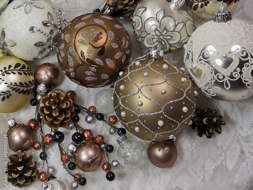 Weihnachtskugeln Kupfer.Edle Reich Verzierte Weihnachtskugeln In Braun Kupfer Und Cremeweiß