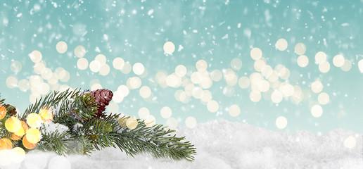 weihnachtlicher vorlage mit schnee und tannenzweige.