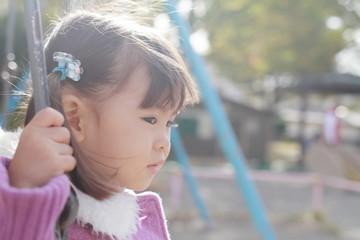 ブランコで遊ぶ幼児(3歳児)