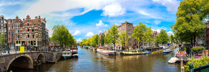 Photo sur Toile Amsterdam Canal and bridge in Amsterdam
