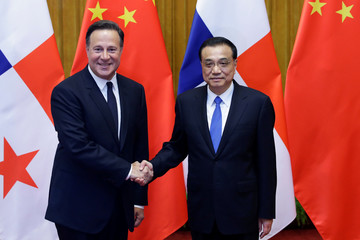 Chinese Premier Li Keqiang shakes hands with Panama's President Juan Carlos Varela before their meeting at the Great Hall of the People in Beijing