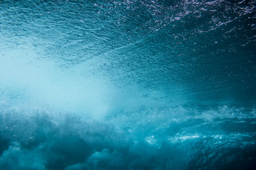 Poster Bleu nuit Wave underwater. Blue ocean in underwater
