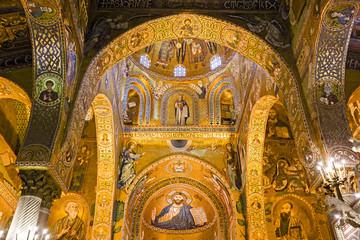La pose en embrasure Palerme Interior, decorated with beautiful mosaics Bizzantini, Palatina Chapel, Palazzo dei Normanni, Palermo, Italy.