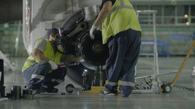 Replacement landing gear. Working staff has been working to repair the chassis of a passenger plane