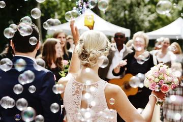 Gäste gratulieren Hochzeitspaar, Seifenblasen