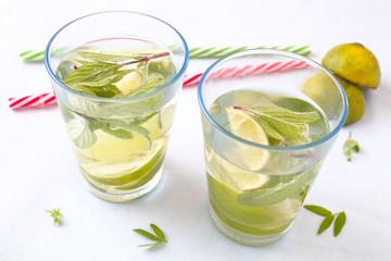 Limonade mit Minze und Limette