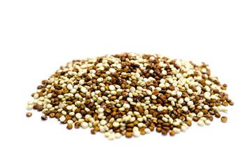 Roter und Weißer quinoa isoliert freigestellt auf weißen Hintergrund, Freisteller