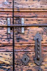 Antica porta in legno con maniglia in ferro battuto