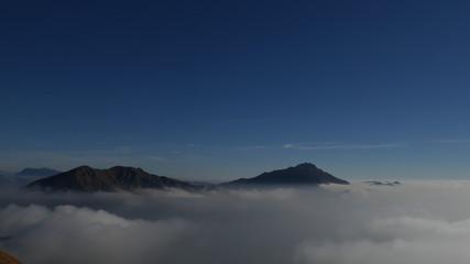 Panorama invernale dalla Grigna sulla nebbia della pianura