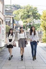 尾道を観光する女性三人組