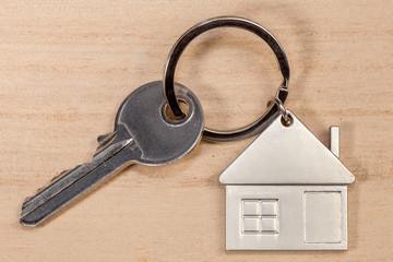 porte-clés maison sur fond bois