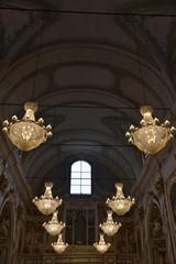Lustre de l'église baroque Madona del Carmine à Pistoia en Toscane, Italie