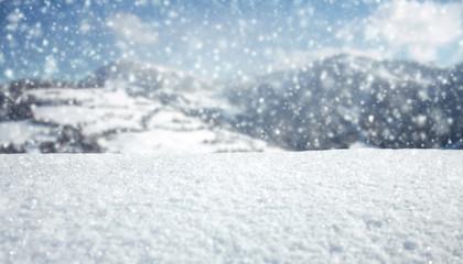 Schöne Winterlandschaft mit Bergen im Hintergrund