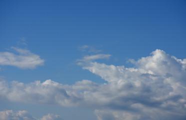 青空と雲「空想・雲のモンスターたち」(直談判、伝える、伝言、口頭注意、物語、空想の、防衛する、密談するなどのイメージ)