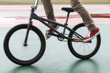 BMXを操る男性