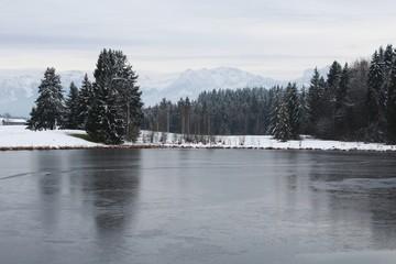 Romantischer Weiher in Winterlandschaft, bayrisches Voralpenland