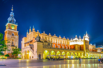 Obraz Night view of the rynek glowny main square with the town hall and sukiennice marketplace in the polish city Cracow/Krakow. - fototapety do salonu