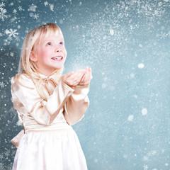 kleines Mädchen mit vielen Schneeflocken