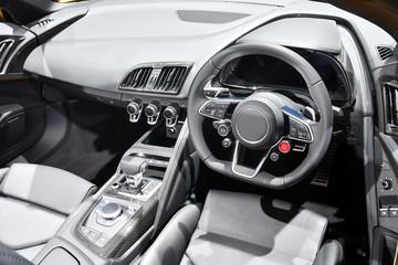スポーツカーの運転席