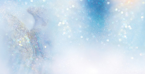 Engel in abstrakter hell erleuchteter winterlicher Szenerie