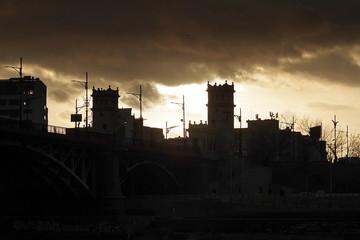 zabudowania mostu na tle zachodzącego słońca