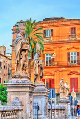 La pose en embrasure Palerme Statues of saints near the Cathedral in Palermo, Italy