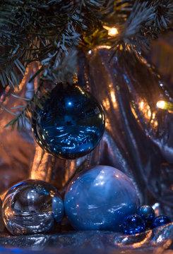 Weihnachtsmotiv in blau Glaskugel und Licht