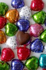 カラフルチョコレート././カラフルな包装紙に包まれたチョコをハートに並べて撮影しました.