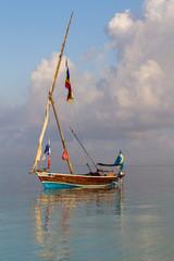 рыболовецкая лодка без паруса в полный штиль