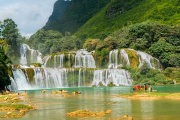 Deurstickers Watervallen Amazing Ban Gioc waterfall flow down fluted in Cao Bang province, Vietnam. Ban Gioc waterfall is one of the top 10 waterfalls in the world and along Vietnamese and Chinese border