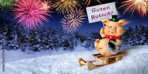 Glücksschwein auf Schlitten wünscht einen guten Rutsch ins neue Jahr ...