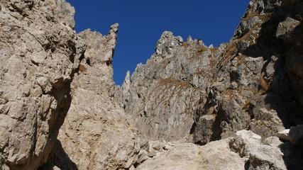 Pareti di roccia nel cielo azzurro