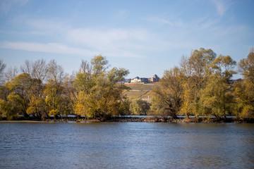 Schloss Johannisberg am Rheinufer bei Ingelheim im Herbst