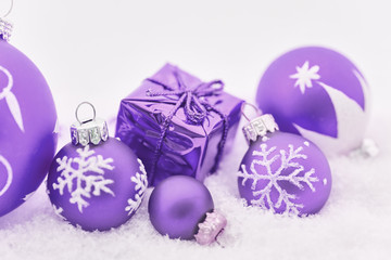 Lila Geschenk zu Weihnachten