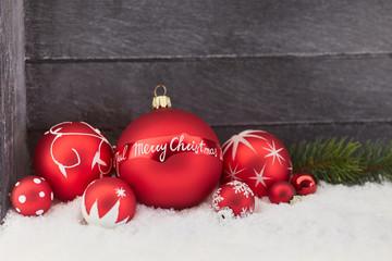 Merry Christmas auf Christbaumkugel als Hintergrund