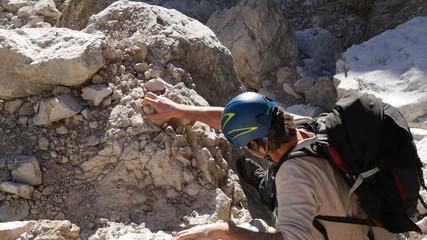 Alpinista su roccia