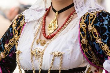 CAGLIARI, ITALIA - 2015 MAGGIO 1: 359^ Processione Religiosa di Sant'Efisio, dettaglio di un costume tradizionale sardo - Sardegna