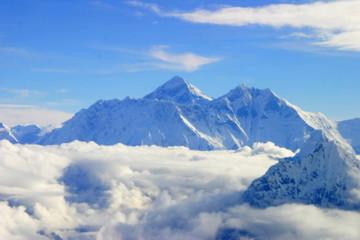 Everest desde el aire. Vuelo sobre  la montaña más alta de la Tierra, con una altura de 8848 metros  en el Himalaya entre Nepal y China