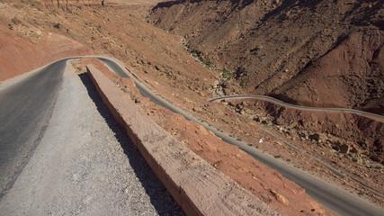 Route en lacets en plein desert