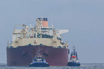 GAS CARRIER - Great tanker in tugboat support