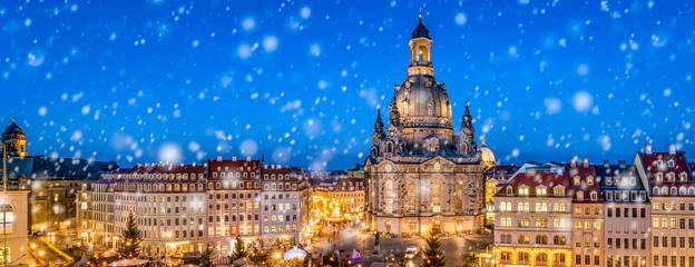 Weihnachtsmarkt auf dem Neumarkt in Dresden Panorama