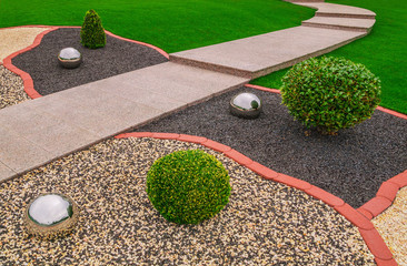 Ziergarten Vorgarten mit Ziergranulat Edelstahlkugeln und Gartenweg aus rosa Granit - Ornamental garden with ornamental granulate stainless steel balls and garden path made of pink granite