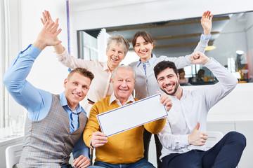 Jubelndes Business Team als Gewinner und Sieger