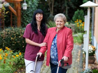 Altenpflegerin mit Seniorin
