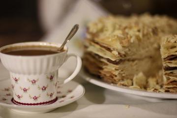 """чашка кофе и торт """"Наполеон"""" на фоне салфетки"""