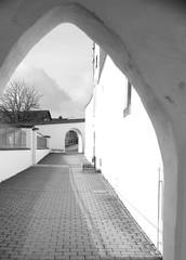Kirchenburg in Kinding Torbogen in schwarz-weiß