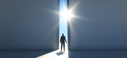 Mann vor Durchgang im Sonnenlicht