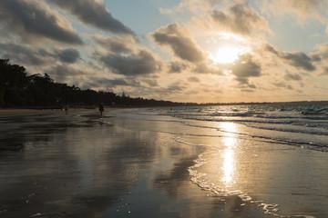 Strandspaziergang im Sonnenuntergang